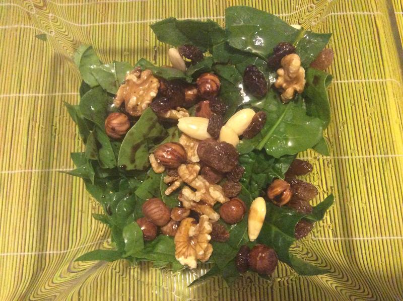 insalata-spinaci-crudi-frutta-secca